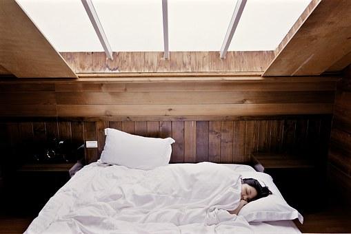 Спальня в мансарде: как оптимизировать пространство?